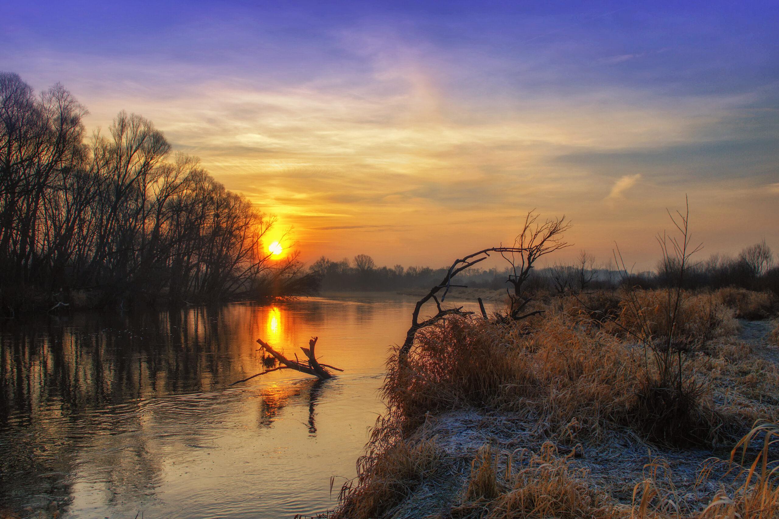 Rzeka Bug - widok przy zachodzie słońca.
